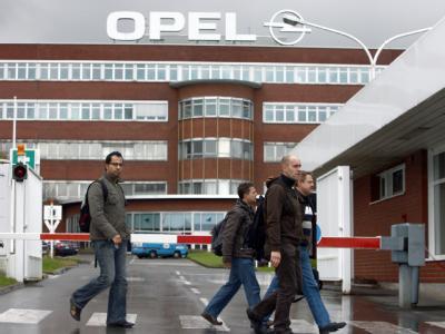 Die Angst ist wieder da: Opel-Mitarbeiter verlassen nach Schichtende das Werk in Bochum.