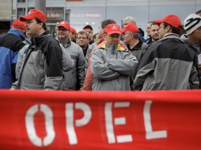 Opel-Mitarbeiter demonstrieren in Rüsselsheim gegen befürchtete Werkschließungen und massive Stellenstreichungen.