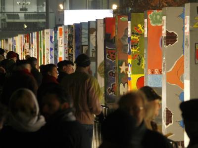 Rund 1000 Dominosteine sollen in Berlin auf einer Strecke von 1,5 Kilometern umkippen und den Mauerfall symbolisieren.