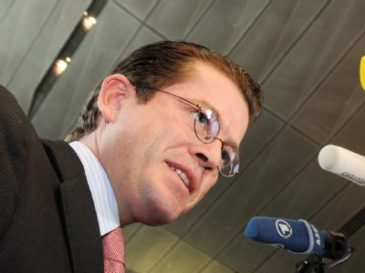 Verteidigungsminister zu Guttenberg schließt die Entsendung weiterer Bundeswehrsoldaten nach Afghanistan nicht aus.
