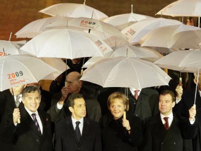 Staatsgäste aus zahlreichen Ländern nehmen an den Feierlichkeiten zum Mauerfall teil: (v-l.n.r.) Gordon Brown (Großbritannien), Nicolas Sarkozy (Frankreich), Angela Merkel, Dmitri Medwedew (Russland)