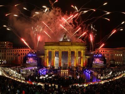 Ein Feuerwerk am Brandenburger Tor beendet die Feierlichkeiten zum 20. Jahrestag des Mauerfalls in Berlin.