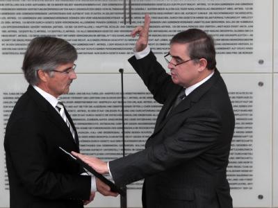 Der Ministerpräsident des Saarlandes, Peter Müller (CDU, r) wird von Landtagspräsident Hans Ley vereidigt.