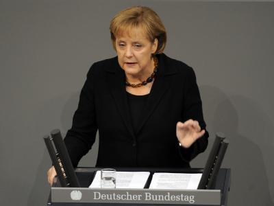 Schwarz vor grau: Angela Merkel zeichnete in der Regierungserklärung ein düsteres Bild.