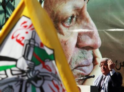 Palästinenserpräsident Mahmud Abbas spricht vor einem überlebensgroßen Porträt seines Vorgängers Jassir Arafat.