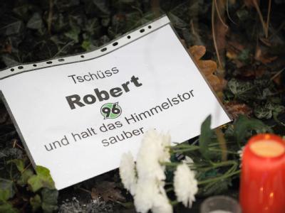 Kerzen, Blumen und Botschaften für den verstorbenen Nationaltorwart Robert Enke liegen vor der AWD-Arena in Hannover.