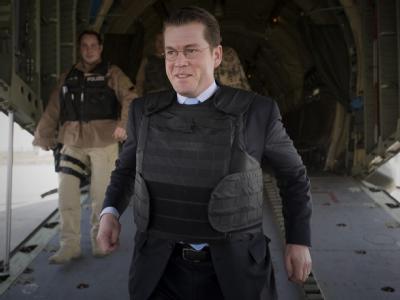 Verteidigungsminister zu Guttenberg trägt bei seinem Eintreffen in Kabul eine Schutzweste.
