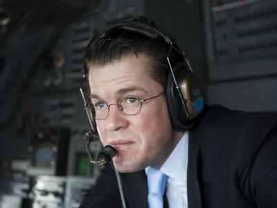 Minister zu Guttenberg während seines Besuchs in Afghanistan im Cockpit eines Transportflugzeugs der Bundeswehr.