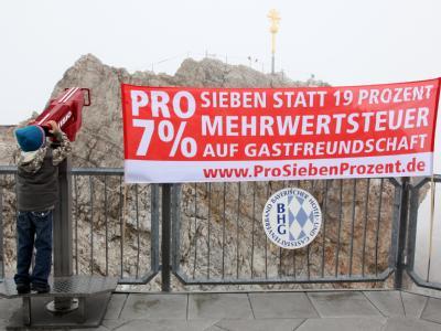Steuerprotest auf der Zugspitze: Der Bayerische Hotel- und Gaststättenverband wirbt für eine Mehrwertsteuer von 7 statt 19 Prozent im Gastgewerbe.