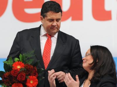 Trost vom neuen SPD-Vorsitzenden Sigmar Gabriel tröstet Andrea Nahles nach deren Ergebnis bei der Wahl zur Generalsekretärin.