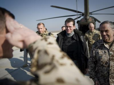 Verteidigungsminister Karl-Theodor zu Guttenberg im Bundeswehr-Feldlager in Kundus in Afghanistan.