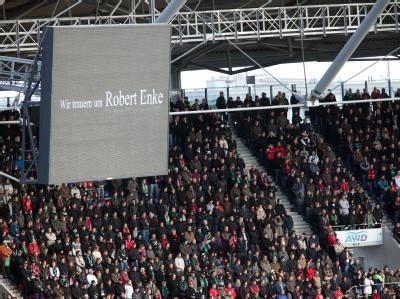 Trauergäste in der AWD-Arena in Hannover während der Trauerfeier auf den Rängen. Fans nehmen an diesem Tag Abschied von dem Fußball-Torwart Enke.