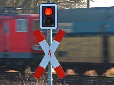 Güterzug der Deutschen Bahn; Fast jeder fünfte Güterwaggon in Deutschland fährt nach einem ARD-Bericht mit Sicherheitsmängeln.