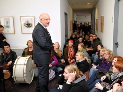 Rolf-Dieter Postleb, Präsident der Universität Kassel, spricht mit protestierenden Studenten, die sich vor seinem Büro an der Universität niedergelassen haben.