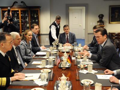 Verteidigungsminister Karl-Theodor zu Guttenberg (r.) im Gespräch mit seinem US-amerikanischen Kollegen Robert Gates (2. v. l.).