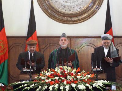 Hamid Karsai (Mitte) während der Vereidigungszeremonie in Kabul.