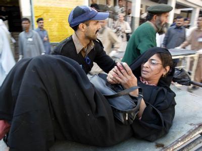 Eine verletzte Frau wird nach dem Anschlag in eine Klinik gebracht.