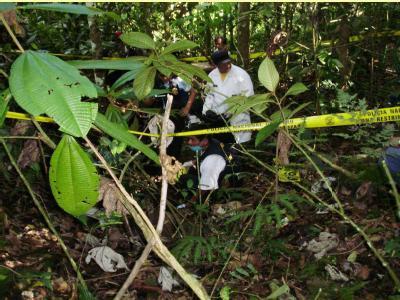 Ermittler im Dschungel von Peru auf der Suche nach Opfern.