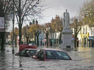 Versunkene Autos in den Überschwemmungsgebieten Nordenglands.