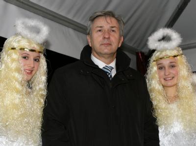Der himmlische Beistand hat nichts genützt: Der Regierende Bürgermeister von Berlin, Klaus Wowereit, mit zwei Engeln bei der Eröffnung des Weihnachtsmarktes vor dem Roten Rathaus.