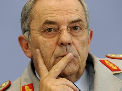 Der Ex-Generalinspekteur der Bundeswehr, Wolfgang Schneiderhan, sagt vor dem Kundus-Untersuchungsausschuss aus. (Archivbild).