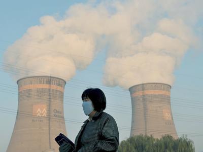 Besser mit Mundschutz: Kühltürme eines Kohlekraftwerkes in Shenyang im Nordosten Chinas (Archiv).