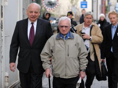 Der Nebenkläger im Prozess gegen Demjanjuk, Thomas Blatt (M, mit Stock), auf dem Weg ins Landgericht.