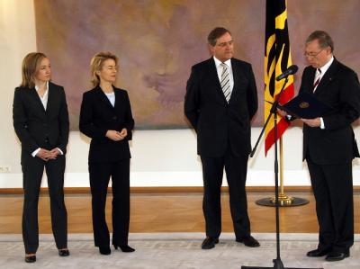 Bundespräsident Horst Köhler entlässt Bundesarbeitsminister Jung  und ernennt Ursula von der Leyen (2.v.l.) zu seiner Nachfolgerin. Links die neue Bundesfamilienministerin  Kristina Köhler.