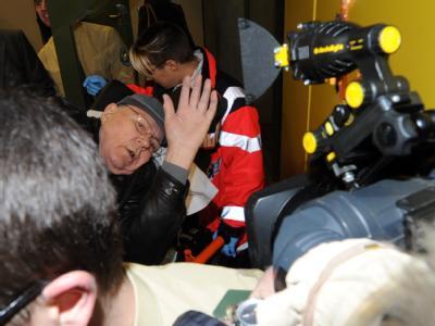 Polizeibeamte bringen den Angeklagten John Demjanjuk (M) im Landgericht nach der Pause in den Verhandlungssaal.
