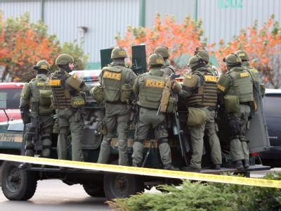 Polizei sichert den Tatort: Unbekannte haben vier Polizisten im US-Bundesstaat Washington erschossen.