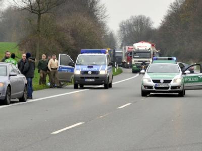 Die Flucht ist vorbei: Polizisten in Schermbeck an der Landstraße 58.