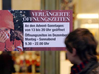 Öffnungszeiten eines Kaufhauses am Alexanderplatz in Berlin an den Advent-Sonntagen.