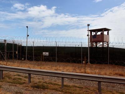 Blick auf einen Wachturm des Gefangenenlagers Guantanamo auf Kuba.