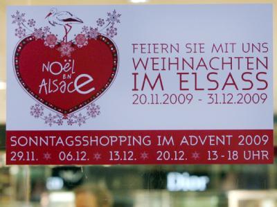 Ein Hinweis auf die Öffnungszeiten an den Advent-Sonntagen hängt an einer Tür der Galerie Lafayette in Berlin.