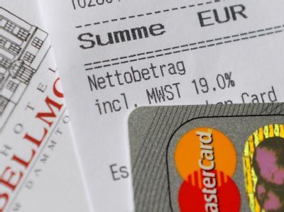 Auf einem Kassenbeleg ist der Mehrwertsteuersatz 19 Prozent ausgewiesen (Symbolbild). Die schwarz-gelbe Koalition hält am umstrittenen Steuerbonus für Hotel-Übernachtungen fest.
