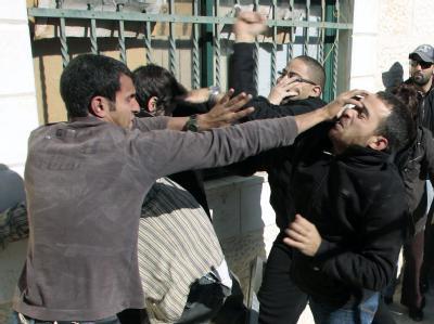 Palästinenser streiten am Dienstag mit jüdischen Siedlern in Jerusalem.