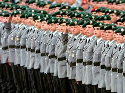 Der Wehrbeauftragte Hellmut Königshaus fordert mehr Geld für die Soldaten und eine Öffnung der Bundeswehr für Ausländer. Foto: Andreas Altwein/Archiv