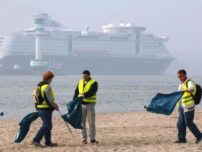 Am Ostseestrand in Kiel sammeln