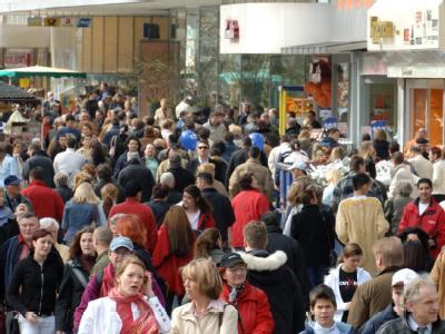 Menschen drängen sich in der Innenstadt von Frankfurt/Main an den Geschäften auf der Einkaufsmeile Zeil vorbei. Foto: Arne Dedert/Archiv