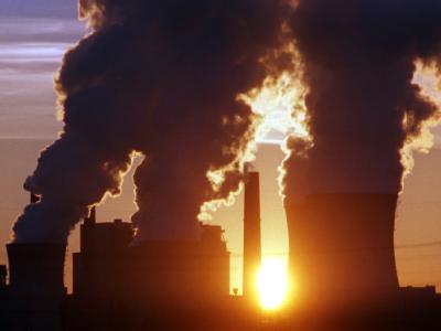 Ein Kohlekraftwerk bläst Abgaswolken in den Himmel (Archivfoto).