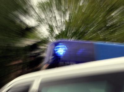 Drei Polizisten sind bei der Festnahme mehrerer Drogendealer verletzt worden.