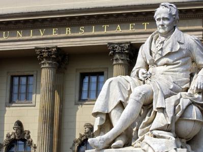 Denkmal für Alexander von Humboldt vor dem Eingang der nach ihm benannten Universität in Berlin (Archivfoto vom 24.4.2003).