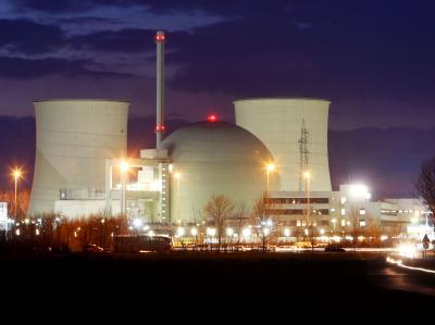 Nachtaufnahme des Atomkraftwerks Biblis (Archivfoto). Wohnen in der Nähe eines Atomkraftwerks kann besonders für Kinder gesundheitsschädlich sein.