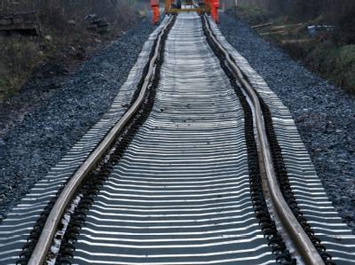 Auf der Strecke Hannover - Berlin hat es bei Rathenow im Havelland einen Oberleitungsschaden gegeben. Foto: Martin Schutt/ Symbol