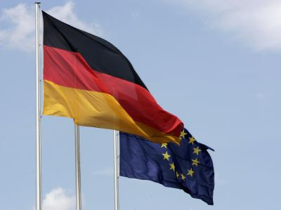 Die Fahnen der EU der Bundesrepublik. Deutschland zahlt immer mehr in die EU-Kasse ein.
