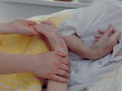 In einem Seniorenzentrum in Frankfurt (Oder) kümmert sich eine Betreuerin um eine demenzkranke Frau.
