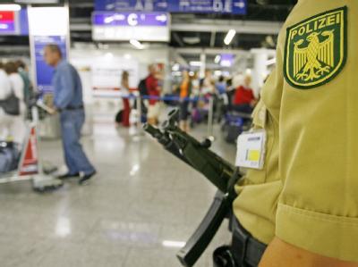 Eine Polizeibeamtin steht mit einer automatischen Waffe auf dem Flughafen in Frankfurt (Archivfoto).