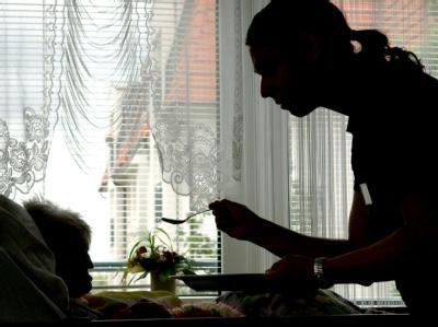Pfleger werden - immer mehr junge Leute entscheiden sich für diesen Beruf. Auch der Anteil jünger Männer wird größer. Doch noch viel größer ist der Bedarf. Foto: Patrick Pleul