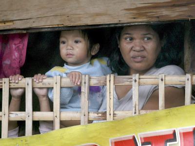Besorgte Blicke von Mutter und Kind: Von dem Taifun waren mehr als 170 000 Menschen betroffen. (Archiv- und Symbolbild)