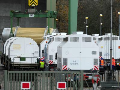 Ein Atommüll-Behälter aus der französischen Wiederaufbereitungsanlage La Hague im Verladebahnhof in Dannenberg (Archiv).